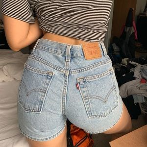 Vintage Levi's High waisted light wash shorts ✨